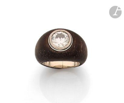 Bague boule en bois sertie d'un diamant rond de taille ancienne sur or gris. Tour...