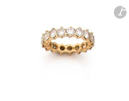 Alliance en or 18K (750), entièrement sertie de diamants ronds. Tour de doigt :...
