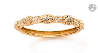 Bracelet ouvrant en or 18K (750), orné de motifs géométriques imbriqués, scandés...