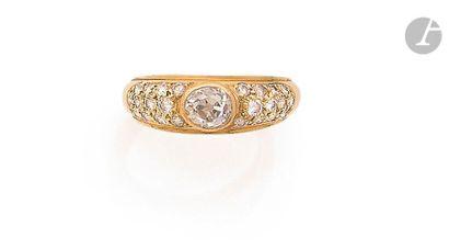 Bague en or jaune 18K (750), ornée d'un diamant de forme ovale de taille ancienne...