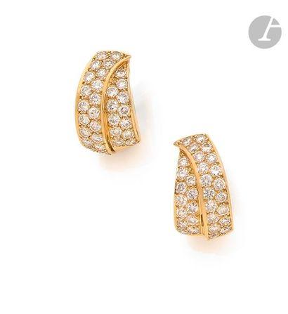 Paire de demi-créoles en or 18K (750), pavées de « rubans » de diamants ronds. Dimensions...