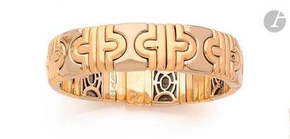 Bracelet torque orné de motifs en or jaune et gris 18K (750) imbriqués. Dimensions...