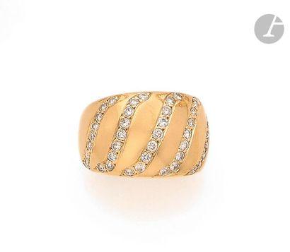 Bague large en or 18K (750), ornée de 5 lignes sinueuses serties de diamants ronds....