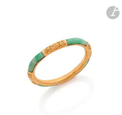Bracelet ouvrant en or 14K (585) ciselé de fleurs et de feuillages, orné de jade....