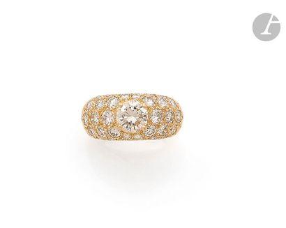 Bague bombée en or jaune 18K (750), ornée d'un diamant rond de taille brillant dans...
