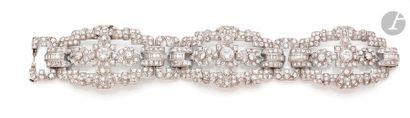 Bracelet en platine, articulé de trois longs...