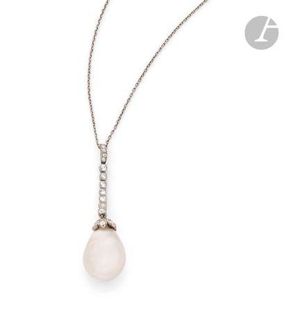 Pendentif en platine orné une perle fine...