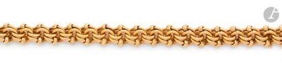Bracelet en or 18K (750), articulé de maillons striés enroulés sur eux-mêmes ponctués...