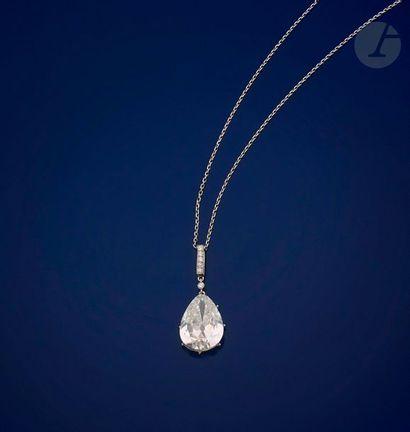 Pendentif en platine serti d'un diamant poire...