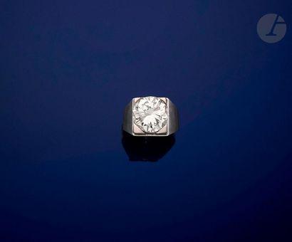 Chevalière en argent, ornée d'un diamant...