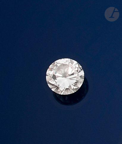 Diamant rond de taille brillant sur papier...