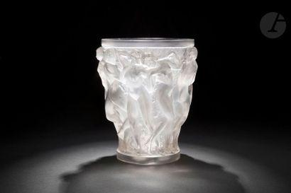 RENÉ LALIQUE (1886-1945) Bacchantes, le modèle créé le [22 juillet 1927] Vase, le...