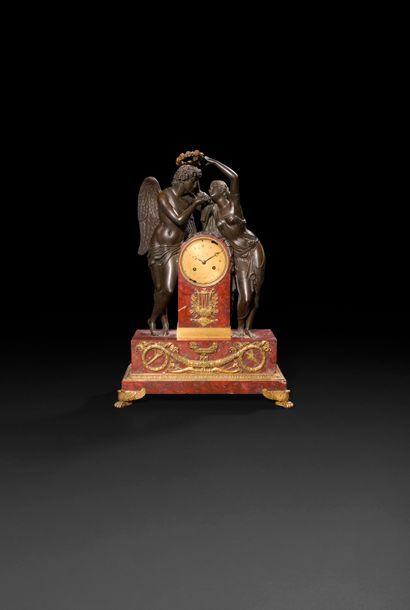 Pendule en bronze patiné et marbre rouge...