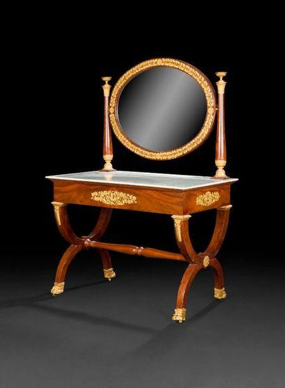Coiffeuse en acajou, le miroir de forme ovale...
