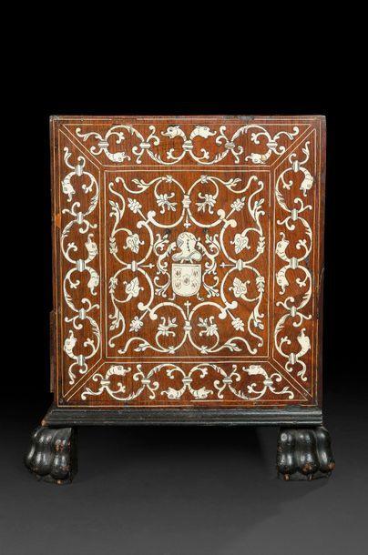 Cabinet en marqueterie d'ivoire gravé sur fond de palissandre ouvrant à treize tiroirs...