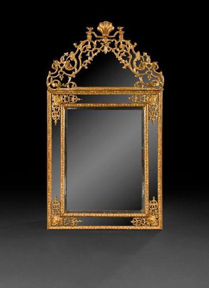Miroir en bois doré à double encadrement et décor de rinceaux de feuillages et profils,...