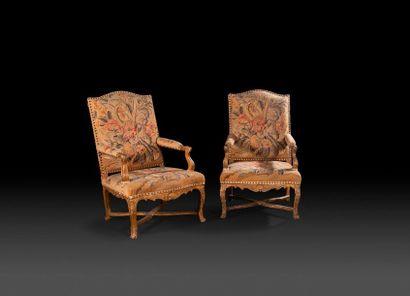 Paire de grands fauteuils en bois redoré...