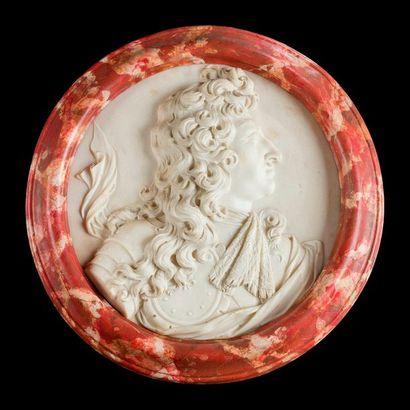 Médaillon au profil du roi Louis XIV, en...