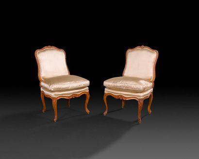 Paire de chaises en hêtre sculpté à dossier...