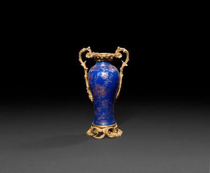 Vase en porcelaine de Chine bleu poudré,...