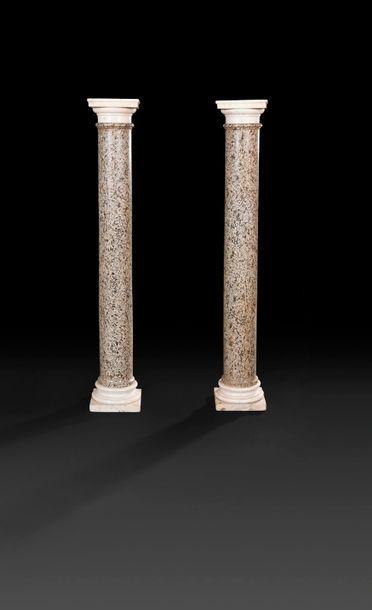 Paire de colonnes en granit gris, les chapiteaux,...
