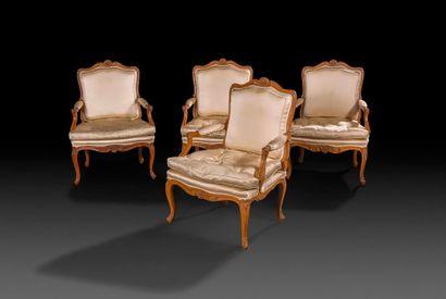 Suite de quatre fauteuils en hêtre sculpté,...