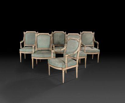 Suite de six fauteuils et un canapé en hêtre...