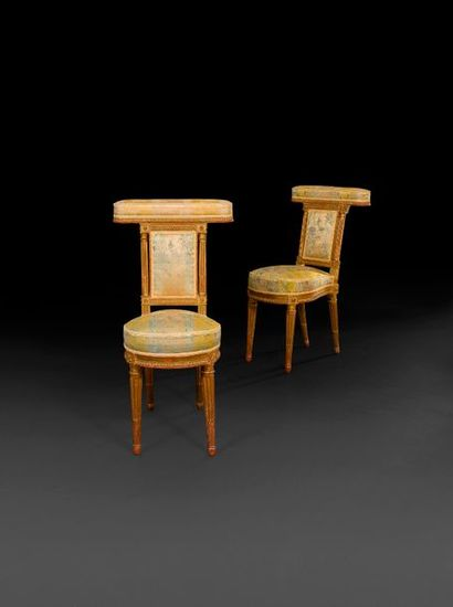 Paire de chaises-ponteuses en bois redoré,...