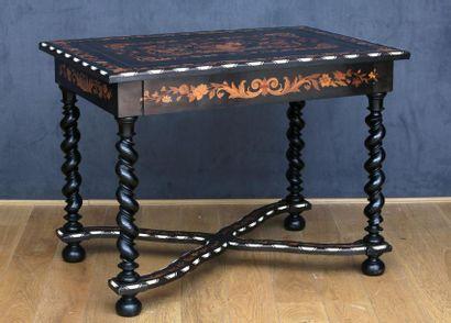 TABLE DE MILIEU  Style Louis XIII - Fin du...