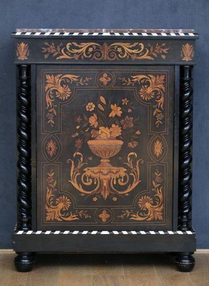 BUFFET A HAUTEUR D'APPUI  Style Louis XIII...