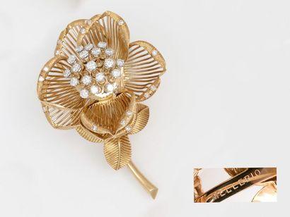 MELLERIO  Belle broche fleur en or 750 millièmes,...