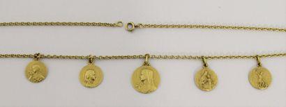 CHAINE en or agrémentée de 5 médailles religieuses...