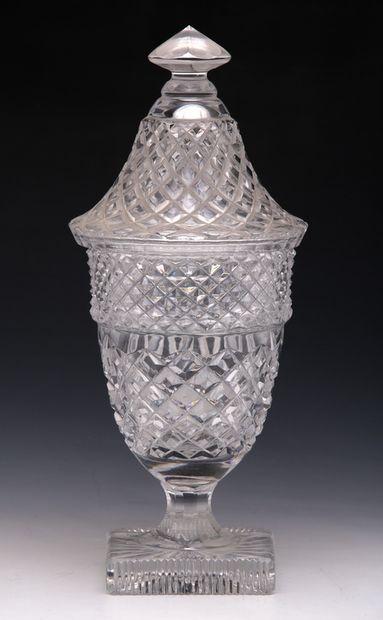 DRAGEOIR en forme de vase antique en cristal...