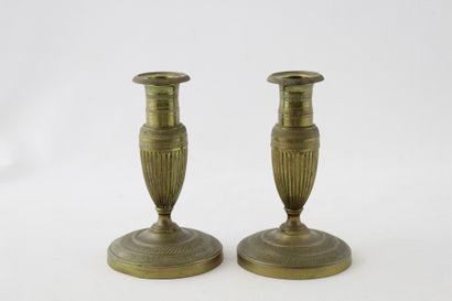 PAIRE DE BOUGEOIRS DE TABLE en bronze de...