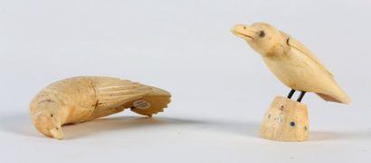 DEUX OISEAUX, en ivoire de morse sculpté...