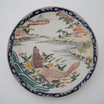 JAPON Fin du XIXème Siècle  PLAT en porcelaine polychrome à décor de deux carpes...