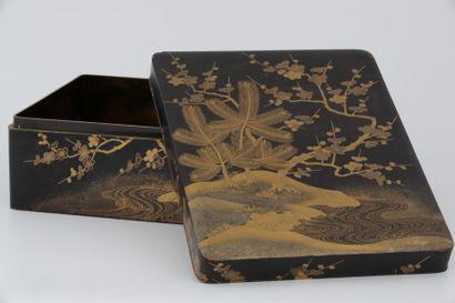 JAPON Fin XIXème Siècle  GRANDE BOÎTE en laque et laque or ornée sur le couvercle...