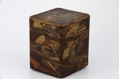 JAPON XIXème Siècle  BOÎTE À 4 COMPARTIMENTS en laque or sur fond nashiji à décor...