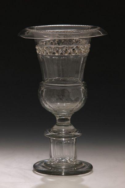 VASE MEDICIS en verre soufflé d'Epoque XIXème...