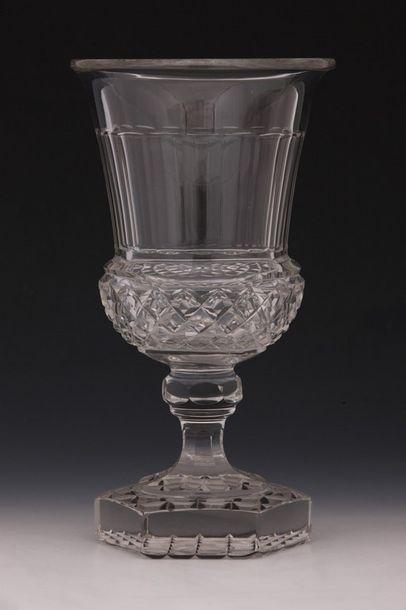 VASE MEDICIS en cristal taillé d'Epoque XIXème...
