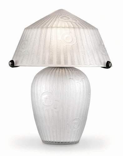 DAUM Lampe de table en verre blanc opaque....