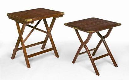 Petite table pliante en teck massif et renforts...