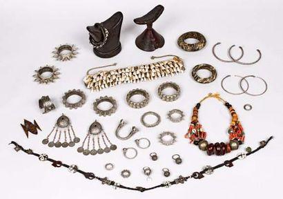 Lot comprenant un bracelet et deux boucles...