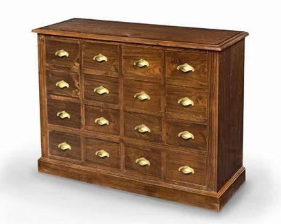 Important meuble en teck à seize tiroirs et poignées en laiton. Plateau à filet...