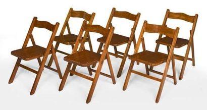 Série de six chaises pliantes en teck. Assises...
