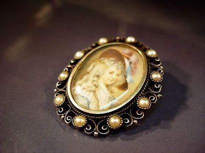 Broche ovale en or et argent centrée d'une...
