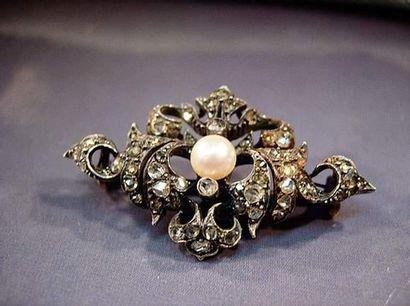 Broche en or et argent pavée de diamants...