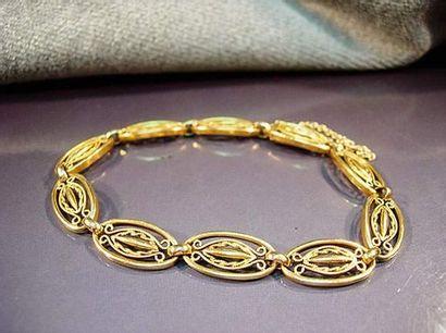 Bracelet en or jaune à maillons ovales filigranés...