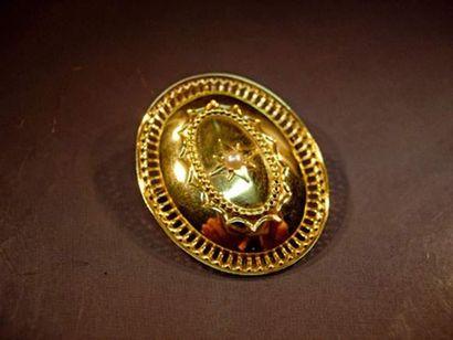 Broche pendentif ovale en or sertie d'une...