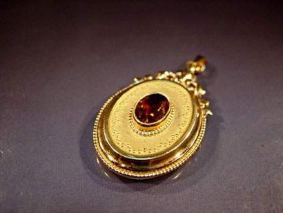 Pendentif ovale en or porte photo serti d'une...